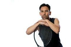 Tennisspelare som vilar på racket arkivbild