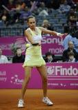 Tennisspelaren Magdalena Rybarikova går bollen tillbaka under tennismatch Royaltyfri Bild