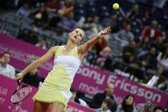 Tennisspelaren Magdalena Rybarikova tjänar som bollen under tennismatch Royaltyfria Foton