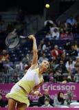 Tennisspelaren Magdalena Rybarikova tjänar som bollen under tennismatch Arkivbild
