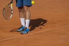 Tennisspelaren sätter bollen royaltyfria foton