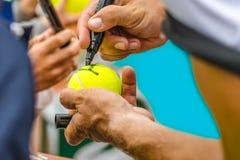 Tennisspelareteckenautograf efter seger Fotografering för Bildbyråer
