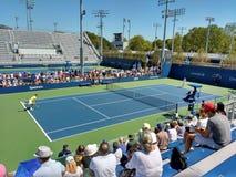 Tennisspelareuppvärmning för en US Openmatch Arkivfoto