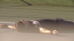 Tennisspeler die na lange gelijke rusten stock videobeelden