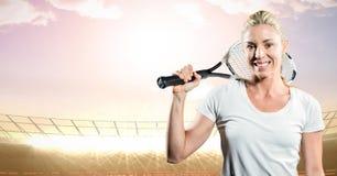 Tennisspeler die tegen stadion met verstralers glimlachen en hemel gelijk maken Royalty-vrije Stock Afbeeldingen