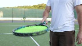 Tennisspeler die vóór het spel opwarmen stock video