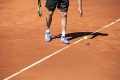 Tennisspeler klaar te dienen royalty-vrije stock afbeeldingen