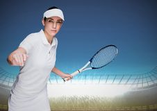 Tennisspeler in stadion met verstralers en blauwe hemel Royalty-vrije Stock Afbeelding