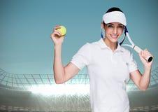 Tennisspeler tegen stadion met verstralers en blauwe hemel Stock Afbeelding