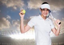 Tennisspeler tegen stadion met verstralers en hemel met wolken Royalty-vrije Stock Foto's