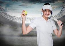 Tennisspeler tegen stadion met verstralers en hemel met wolken Stock Fotografie