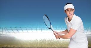 Tennisspeler tegen verstralers met blauwe hemel Royalty-vrije Stock Afbeelding