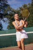 Tennisspelers die een gelijke op het hof op een zonnige dag spelen stock fotografie