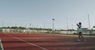 Tennisspiel auf den vollen Damen des Tennisplatzes zwei, die Fachmann spielen 4K stock footage
