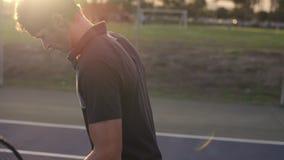 Tennisspieler auf dem Hartplatz stock video