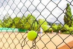 Tennisspieler auf Gericht Stockfotografie