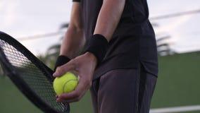 Tennisspieler, der auf seinen Aufschlag sich konzentriert stock video footage
