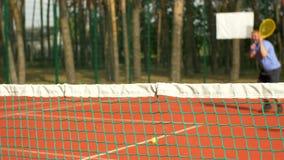 Tennisspieler, der Ball im Tennisnetz schlägt stock video footage