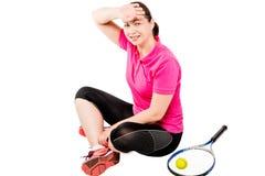 Tennisspieler, der nach einem Training und Abwischen der Schweiß stillsteht Lizenzfreies Stockbild