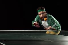Tennisspieler, der oben Mandarine am Tennistisch wirft lizenzfreies stockbild