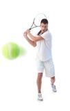 Tennisspieler, der Rückhandanschlag tut Stockbild
