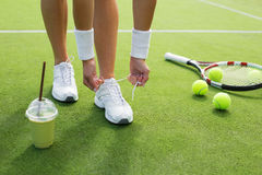 Tennisspieler, der Schuhe bindet Stockbilder