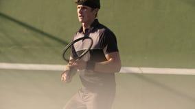 Tennisspieler, der seine Vorhandtechnik vervollkommnet stock video