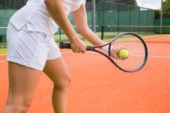Tennisspieler, der servierfertig erhält Lizenzfreie Stockbilder