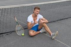 Tennisspieler, der sich Daumen zeigt Lizenzfreie Stockbilder