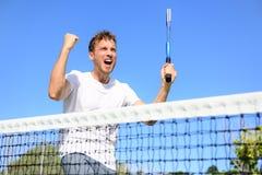 Tennisspieler, der Sieg - zujubelnden Mann feiert Stockfoto