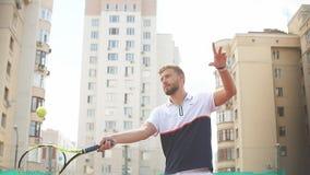 Tennisspieler, der Tennis spielt und auf den Service Tennisplatz am im Freien wartet stock video
