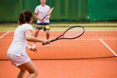 Tennisspieler, die ein Match auf dem Gericht spielen Lizenzfreie Stockfotos