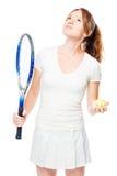 Tennisspieler hält einen Schläger und einen Ball für Tennis und schaut upwar Lizenzfreie Stockfotos