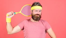 Tennissport och underh?llning F?r hipsterkl?der f?r man sk?ggig dr?kt f?r sport Koncentrat p? m?l Sportprestation Idrottsman nen royaltyfria bilder