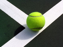 Tennist Kugel auf der Zeile Lizenzfreies Stockbild