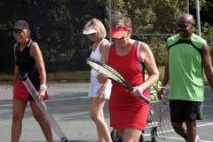 Tennisteamgehen lizenzfreie stockfotografie