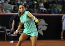 Tenniswoman en la acción Imagenes de archivo
