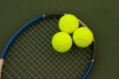 tennisyellow för 5 bollar Arkivbild