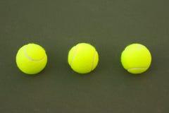 tennisyellow för 9 bollar Arkivbilder