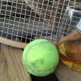Tenniszubehör durch Glas Whisky Lizenzfreies Stockfoto