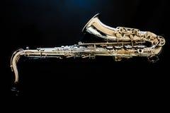 Tenor de saxophone Instrument classique pour les bois Jazz, bleus, classiques Musique Saxophone sur un fond noir Surfac noir de m images libres de droits