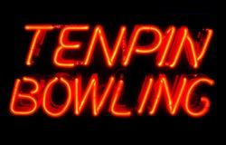 Tenpinbowlingspiel-Neonzeichen nachts Stockbilder
