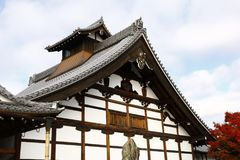 Tenryu籍` s Kuri大厦和秋天叶子 免版税库存图片