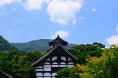 Tenryujitempel onder blauwe hemel in Kyoto Japan Stock Afbeelding