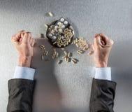 Tensed bossy руки и кулаки бизнесмена протестуя против лекарств силы Стоковые Фото