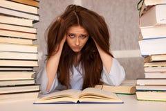 Tensión atractiva del undre del estudiante de mujer joven mientras que studiing para e Imagen de archivo