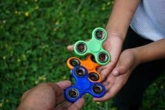 Tensión del hilandero del finger de la persona agitada, juguete del alivio de la ansiedad Foto de archivo