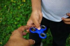 Tensión del hilandero del finger de la persona agitada, juguete del alivio de la ansiedad Fotografía de archivo libre de regalías
