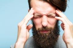 Tensión del malestar del dolor del hombre de la jaqueca del dolor de cabeza fotografía de archivo