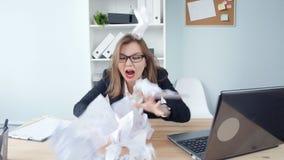 Tensión en el concepto del trabajo La mujer enojada del negocio joven en la oficina grita en el teléfono almacen de video